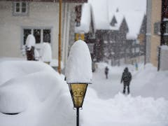 Hospental im Urserental versinkt im Schnee. (Bild: KEYSTONE/URS FLUEELER)