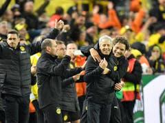 Lucien Favre reisst mit dem Erfolg die ganze Dortmunder Bank mit (Bild: KEYSTONE/AP/MARTIN MEISSNER)