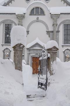Der Weg zur Kirche wurde freigeschaufelt. (Bild: Nadia Schärli (Andermatt, 14. Januar 2019))