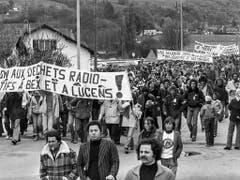 Atomkraftwerkgegner bei der Anti-AKW-Demonstration am Pfingstmontag des Jahres 1978 in Lucens. (KEYSTONE/Str) (Bild: KEYSTONE/STR)