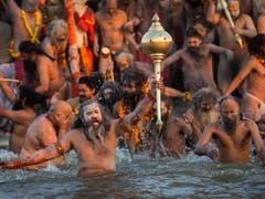 Heilige Männer machen den zeremoniellen Auftakt des das grössten religiösen Festivals der Welt. (Bild: KEYSTONE/AP/BERNAT ARMANGUE)