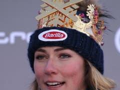Mikaela Shiffrin standesgemäss mit Krone in Kronplatz (Bild: KEYSTONE/EPA ANSA/ANDREA SOLERO)