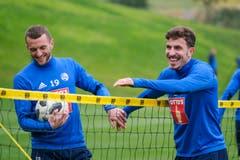 Spass im Training bei Christian Schneuwly und Oliver Custodio. (Bild: Martin Meienberger, 15. Januar 2019)