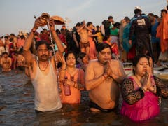 Hinduistische Pilger nehmen ein Bad in den heiligen Gewässern. (Bild: KEYSTONE/AP/BERNAT ARMANGUE)