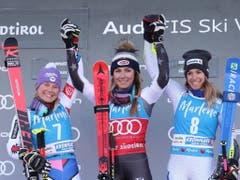 Mit Mikaela Shiffrin freuen sich auch die zweitplatzierte Tessa Worley (links) und die Italienerin Mara Bassino, die Dritte (Bild: KEYSTONE/EPA ANSA/ANDREA SOLERO)