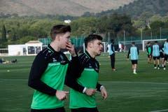 Wieder mit von der Partie: Auch Cedric Itten (links), vor Monaten von einem Lugano-Spieler schwer verletzt, ist nach Spanien gereist.