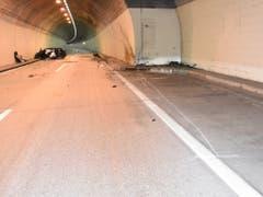Eine junge Autofahrerin prallte am Mittwochmorgen in eine Nothaltebucht im Murgwaldtunnel. (Bild: Kantonspolizei St. Gallen)