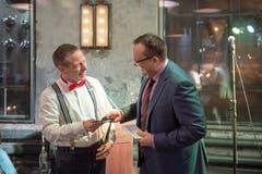 FDP-Fraktionpräsident Felix Keller übergibt dem scheidenden Stadtparlamentspräsidenten Gallus Hufenus einen Swiss-Gutschein. (Bild: Urs Bucher, 15. Januar 2019)