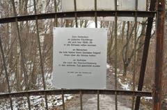 Eine Gedenktafel am Gittertor auf dem Rohr.