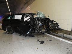 Rettungsdienste mussten die Frau nach dem Unfall im Murgwaldtunnel aus ihrem Auto befreien. (Bild: Kantonspolizei St. Gallen)