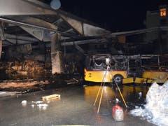 Bei einem Grossbrand in Chur wurde ein Busdepot komplett zerstört. (Bild: PD Kantonspolizei Graubünden)