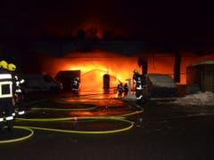 Die Feuerwehr musste in der Nacht auf Donnerstag einen Grossbrand in Chur in einem Busdepot bekämpfen. (Bild: PD Kantonspolizei Graubünden)