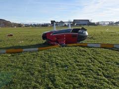 Der Helikopterpilot und die drei Passagiere blieben beim Unfall unverletzt. (Bild: Luzerner Polizei)