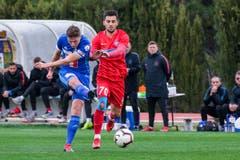 Idriz Voca schiesst aufs Tor, Florentin Matei von Steaua Bukarest kommt zu spät. (Bild: Martin Meienberger (Coin Malaga, 17. Januar 2019))