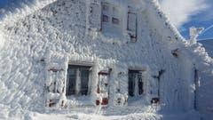 Vom Regen, Schnee und Wind gezeichnet: die Hütte auf dem Tanzboden. (Bild: Petra Mullis)