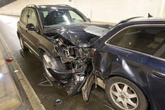Buchrain - 17. JanuarAm Donnerstag prallte ein Autofahrer im Autobahnzubringer Rontal in sein Vorderfahrzeug. Dieses krachte wiederum in den Personenwagen vor ihm. Zwei Personen wurden leicht verletzt. (Bild: Luzerner Polizei)