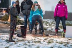 Zum ersten Mal fanden auf dem Zelglihof in Ermatingen die Winter-Highlandgames statt. Disziplinen waren etwa Gummistiefel-Boccia. (Bild: Reto Martin)