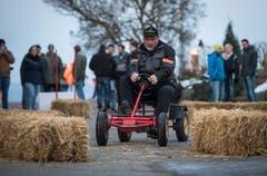 Zwischen Strohballen hat die Zelgi-Ralley auf dem Go-Kart stattgefunden. Geschicklichkeit war gefragt. (Bild: Reto Martin)