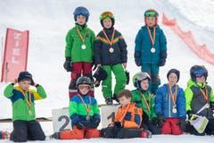 Die stolzen Sieger mit ihren Medaillen.