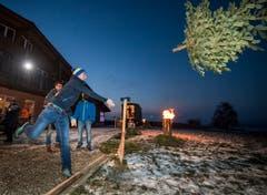 Christbaumwerfen: eine Disziplin für den starken Wurfarm. (Bild: Reto Martin)