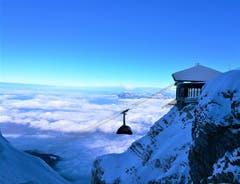 Wunderbare Aussicht auf das Nebelmeer. Die Luftseilbahn «Dragon Ride» fährt soeben in die Bergstation Pilatus Kulm/LU ein. (Bild: Urs Gutfleisch (Pilatus Kulm, 21. Januar 2019))