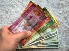 Die Währungen von Sri Lanka, Rupien und US-Dollar (Bild: Raphael Rohner)