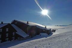 St.Anton ...keck in die Sonne! Die gleissende Reflexion der Sonne auf dem schneebedeckten Dach. (Bild: Walter Schmidt)