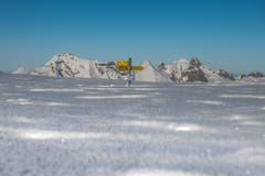 Der Wegweiser ist beinahe komplett eingeschneit. Im Hintergrund: Säntis und Altmann. (Bild: Edi Lazraj)