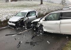 Meierskappel – 24. JanuarZwei Autos prallten frontal ineinander. Ein Autofahrer musste durch die Stützpunktfeuerwehr Küssnacht aus dem Fahrzeug geborgen werden. Beide Fahrzeuglenker wurden beim Unfall «erheblich» verletzt und durch Ambulanzen ins Spital gefahren. (Bild: Luzerner Polizei)