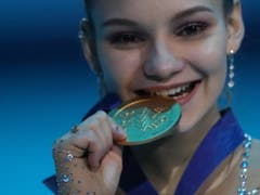 Sofia Samodurowa freut sich riesig über die Goldmedaille (Bild: KEYSTONE/EPA/TATYANA ZENKOVICH)