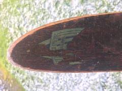 Auf der Skispitze ist noch ein Teil des Logos des Skihauses Trunz sichtbar.