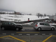 Schwyz – 24. JanuarAm Donnerstag fuhr eine 26-jährige Autofahrerin auf der Schlagerstrasse von Sattel kommend Richtung Schwyz. Als das Auto vor ihr anhielt, konnte sie nicht mehr rechtzeitig bremsen. Sie kollidierte mit dem stehenden Fahrzeug. Die 26-Jährige und und die 19-jährige Lenkerin des vorderen Fahrzeugs wurden dabei leicht verletzt. (Bild: Kantonspolizei Schwyz (Schwyz, 24. Januar 2019))