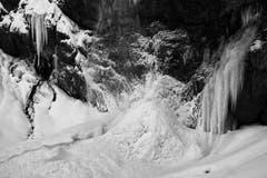 Eisstrukturen in schwarz-weiss beim Leuenfall. (Bild: Franz Häusler)