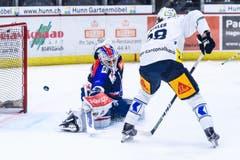 Zuger Sven Senteler schiesst das 0:2 gegen ZSC-Goalie Niklas Schlegel. (Bild: Vedi Galijas/Freshfocus (Zürich, 25. Januar 2019))