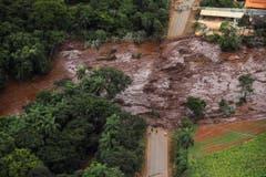 Eine verschüttete Strasse aus der Luft in Brumadinho. (Bild: EPA/Antonio Lacerda)
