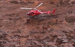 Helfer suchen in der Schlammlawine nach den Vermissten. (Bild: EPA/Antonio Lacerda)
