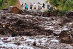 Bewohner betrachten die Folgen der Schlammlawine in Brumadinho. (Bild: EPA/Yuri Edmundo)