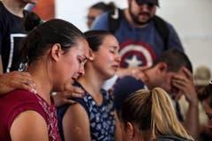 Einheimische trauern um ihre Angehörigen, es werden über 300 Personen vermisst. (Bild: EPA/Antonio Lacerda)
