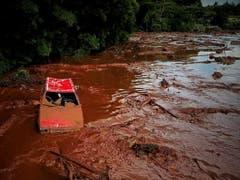 Nach einem Dammbruch in Brasilien werden am frühen Samstagmorgen noch hunderte Personen vermisst. (Bild: KEYSTONE/EPA EFE/YURI EDMUNDO)