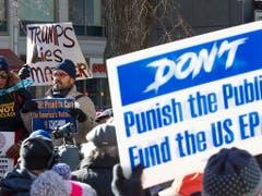 Tausende Staatsangestellte in den USA haben während des «Shutdowns» kein Gehalt bekommen und sind daher auf die Strasse gegangen. (Bild: KEYSTONE/EPA/CJ GUNTHER)