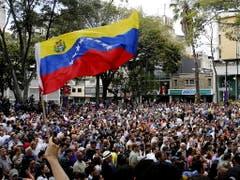 Seit Monaten gehen zahlreiche Venezolaner gegen die Regierung von Staatschef Nicolás Maduro auf die Strasse. (Bild: KEYSTONE/EPA EFE/LEONARDO MUNOZ)