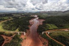 Luftaufnahme einer zerstörten Brücke nach dem Dammbruch in der Bergbauregion Minas Gerais. (Bild: EPA/Antonio Lacerda)