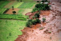 Die Schlammlawine bahnt sich ihren Weg durch die Landschaft von Minas Gerais. (Bild: EPA/Antonio Lacerda)