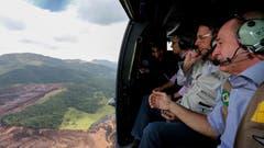 Brasiliens Präsident Jair Bolsonaro schaut sich die Schäden aus der Luft an. (Bild: Isac Nobrega/AP)