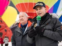 Der Schweizer Bertrand Piccard (r) und der Brite Brian Jones (l) waren die ersten, die vor zwanzig Jahren mit einem Heissluftballon den Welt umrundeten. Am Samstag traten sie in Erinnerung daran vor einer verkleinerten Kopie ihres Orbiter 3 auf. (KEYSTONE/Jean-Christophe Bott) (Bild: KEYSTONE/JEAN-CHRISTOPHE BOTT)