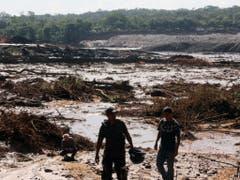 Die Helfer nach einem Dammbruch in Brasilien konnten weit und breit nur im Schlamm nach Vermissten suchen. (Bild: KEYSTONE/EPA EFE/PAULO FONSECA)