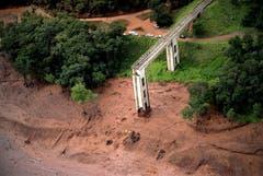 Luftaufnahme der zerstörten Brücke in Brumadinho. (Bild: EPA/Antonio Lacerda)