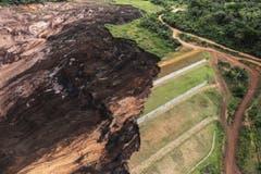 Ganze Landstriche wurden von der Schlammlawine weggerissen. (Bild: EPA/Antonio Lacerda)