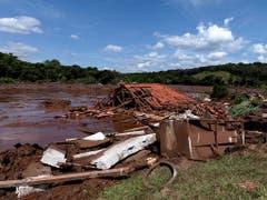 Ein Schlammlawine nach einem Dammbruch hat am Freitag in Brasilien zahlreiche Häuser unter sich begraben. (Bild: KEYSTONE/AP Agencia Nitro/LEO DRUMOND)