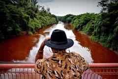 Ein Mann beobachtet den Fluss Paraopeda. (Bild: EPA/Antonio Lacerda)